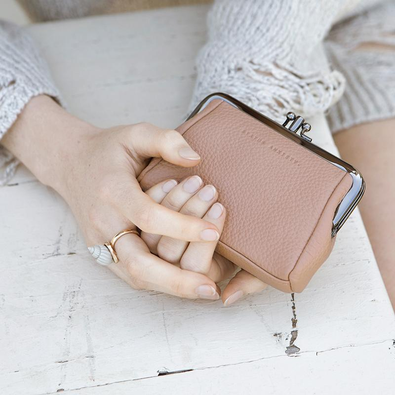 status-anxiety-wallet-volatile-dusty-pink-lifestyle-img